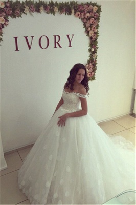 Modern Off-the-shoulder White Appliques Lace-up Lace Ball-Gown Wedding Dress_2
