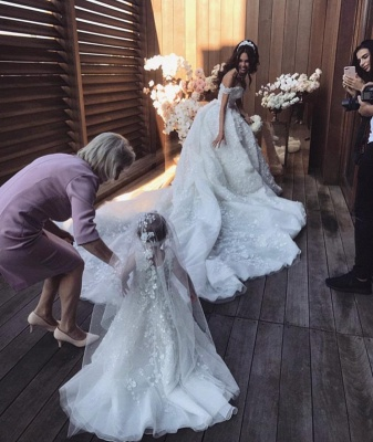 Gorgeous Off the Shoulder Sweetheart Court Train Ball Gown Wedding Dresses with Appliques_4