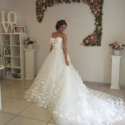 Glamorous 3D-Floral Lace Appliques Wedding Dresses   Sweetheart Neck Chapel Train Bridal Gowns_4