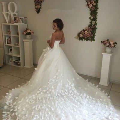 Glamorous 3D-Floral Lace Appliques Wedding Dresses   Sweetheart Neck Chapel Train Bridal Gowns_3